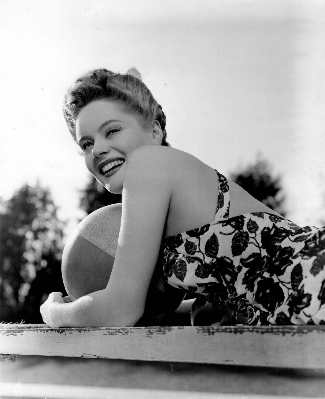 AAlexis Smith, 1943 (photo by Bert Six)